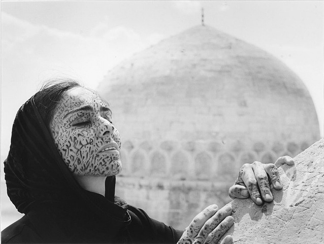 Shirin Neshat, mujer artista iraní que triunfa en el mundo entero.